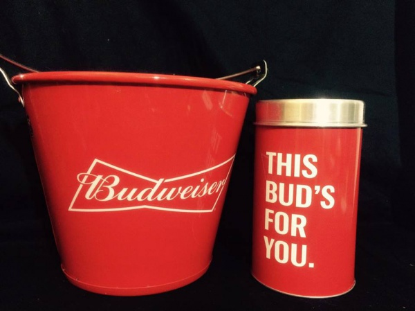 Lindo conjunto composto por balde de gelo e porta garrafas da cerveja  Budweiser. Med. 20x25cm c9a0d02cda3