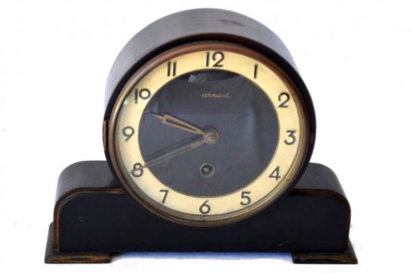 4f66a72169c Antigo relógio de mesa da marca ARMONT - genuinamente Art Decô. Caixa em  madeira. Mostrador de formato redondo. Aparentemente funcionando.