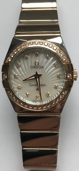 68cf448dd7b Relógio Omega modelo Constellation de ouro 18 k rosê e aço. Com 44  brilhantes. Mostrador de madrepérola facetado. Vidro safira.