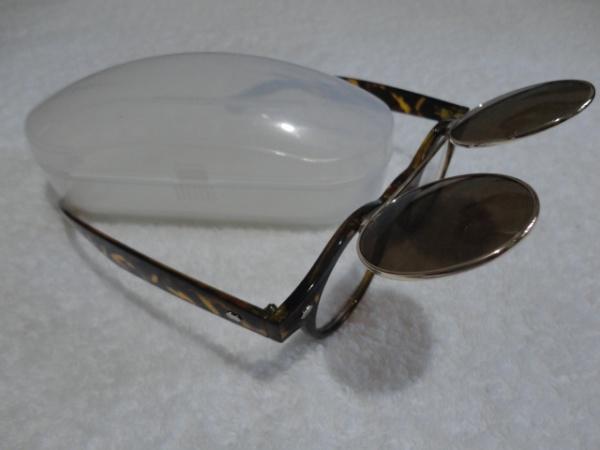Óculos de sol com lente escura articulada. Armação imitando casco de  tartaruga. Produto novo, nunca usado, super original. Acompanha caixa  esportiva. 73a9417ccf