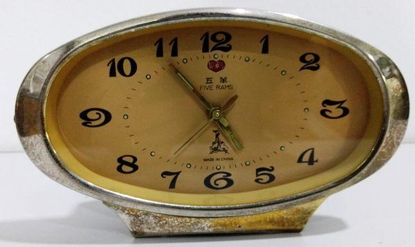 8d27a8857e1 Antigo Relógio de mesa FIVE RAMS - Chinês - Funcionando. MEde  19 x 11 cm