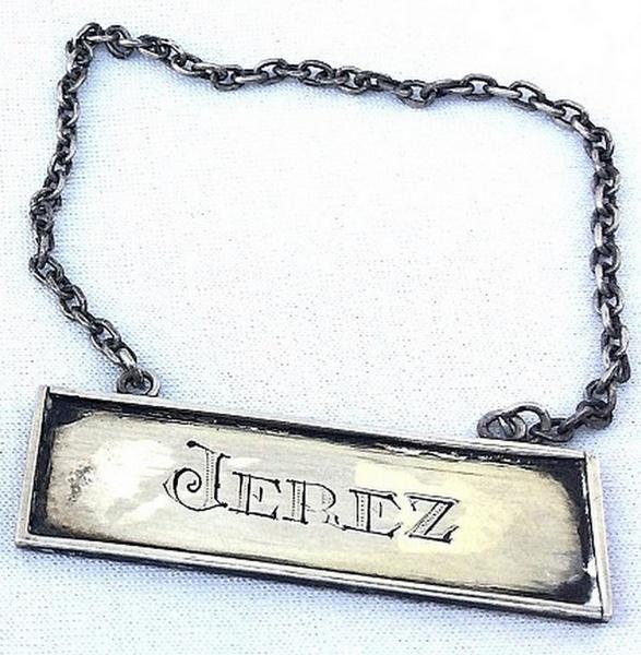 Decorativa placa para adorno de garrafa Jerez, em PRATA DE LEI, com formato  estilizado e guarnecida com corrente. Med com a corrente 10cm alt x 5cm  larg  ... 5ab1c54f59
