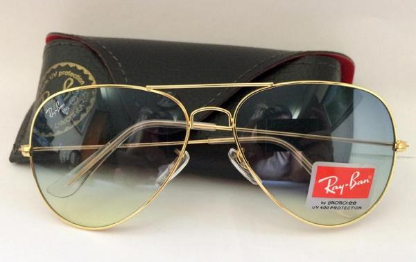 8ed556182 Belíssimo óculos modelo aviador, estilo Ray-Ban. Armação dourada, lentes  degradê na cor azul. Hastes transparentes.