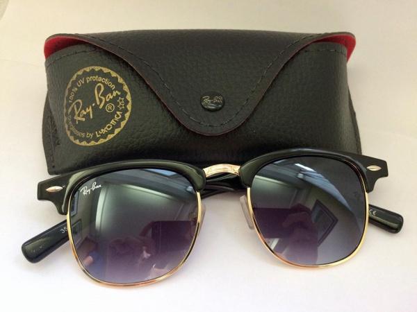 a0bd6d237 Belíssimo óculos estilo Ray-Ban, modelo club master, armação na cor preta e  dourada, lentes fumê.
