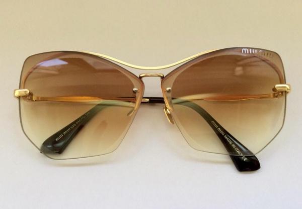 9e7cd51b4 Belíssimo óculos feminino para sol, modelo miumiu, armação em metal  dourado, lentes na cor degradê marrom.
