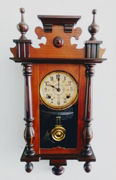 9724af877f2 Lindo relógio de parede com caixa em madeira nobre