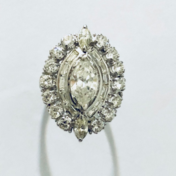 Anel Ouro Branco 18kt Pedra central Diamante lapidação navete  aproximadamente 1,60Ct e mais 2,10ct Aproximadamente - Peso 12,40Gr -  Medida 17 44d1307552