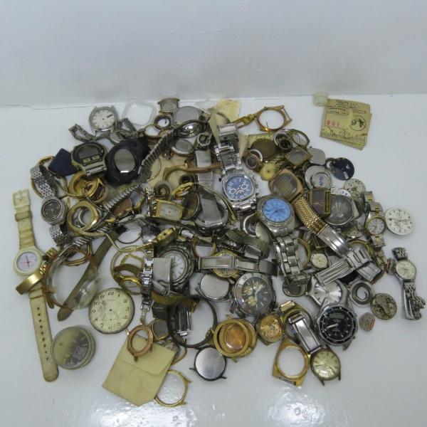 5c05943b79f lote contendo sucata de relógios das mais diversas marcas. nenhum funciona.  mais de 2 kg em material.