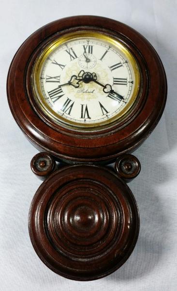 e3f117a5e12 RUBINICK - Delicado e antigo relógio de parede dito oito em caixa de  madeira nobre ricamente torneada com mostrador em metal esmaltado .