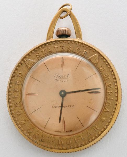 ce9365fe2fd Relógio de caixa de metal banhado a ouro reproduzindo moeda de dólar  americano.