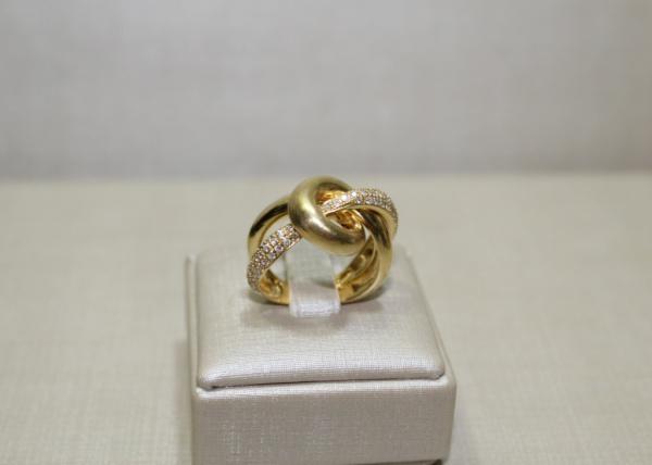 5535cd45afd Requintado e sofisticado anel em ouro 18 k (contrastado). Com brilhantes.  Elos entrelaçados