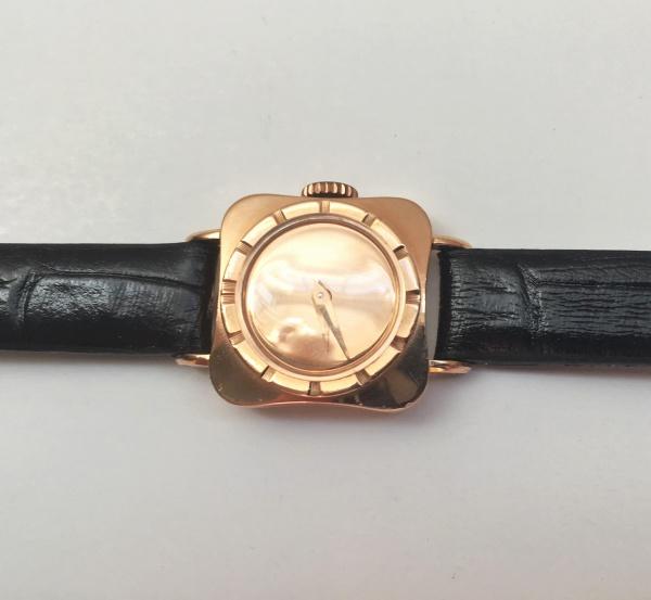 e98eae6c365 Relógio joia Universal de ouro 18 k rosê. O mostrador também é de ouro 18  k
