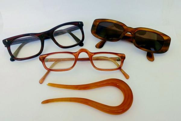 cf6c89f9e Colecionismo : Lote composto por 3 pares de óculos com armações dos anos 70  e prendedor de cabelo em baquelite . Med.14 cm