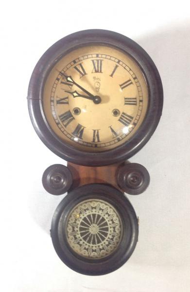 8a776639c70 MIMI - Delicado e antigo relógio de parede dito oito