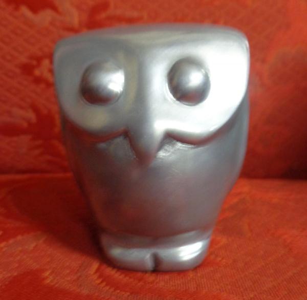 AM002, ALDEMIR MARTINS (SEM ASSINATURA), escultura em alumínio, representando coruja, medindo 8 cm d