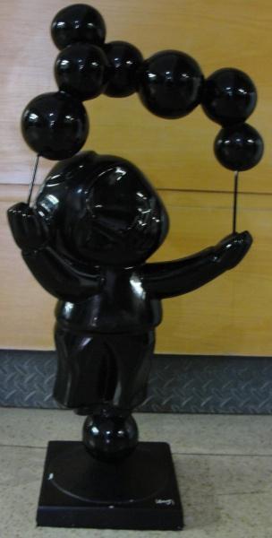 """AM039, INOS CORRADIN, escultura em fiber glass pintado, """"O Equilibrista"""", medindo 66 cm de a"""