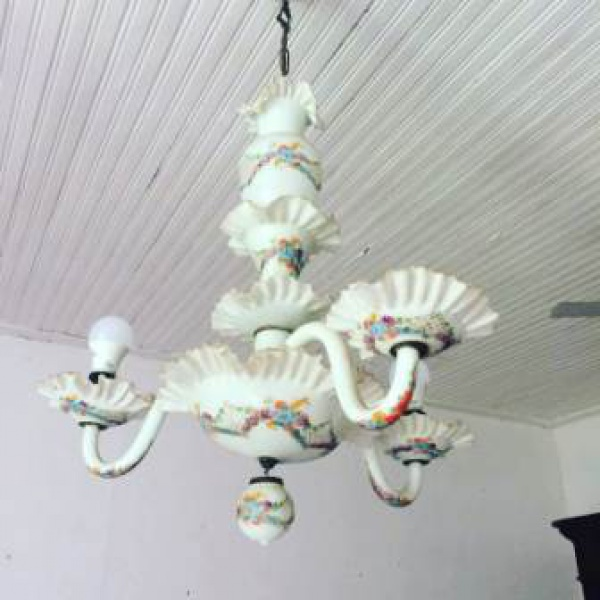 MAGNIFICO LUSTRE DE 3 BRAÇOS  EM OPALINA COM DECORAÇÃO FLORAL. medindo aproximadamente 67 cm altura sem a corrente para o teto
