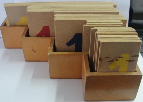 AM000, Brinquedo didático em madeira com numerais.