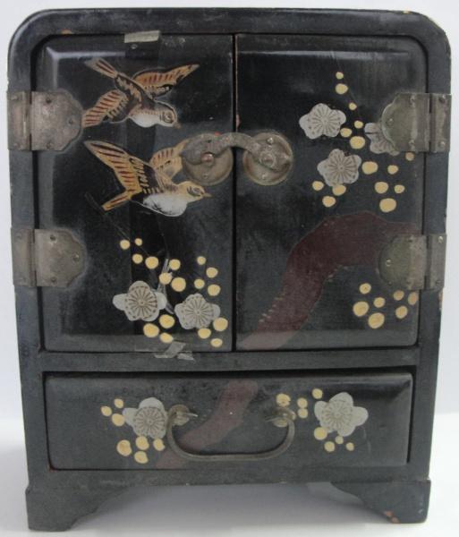AM000, Antigo porta-joias, em madeira, medindo 12 x 15 x 6 cm.