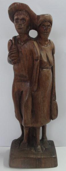 AM000, ARTE POPULAR, escultura em madeira, representando retirantes, medindo 23 cm de altura.