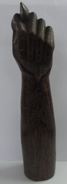 AM000, ARTE POPULAR, escultura em madeira, representando figa, medindo 24 cm de altura.