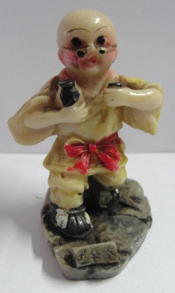 AM000, Figura oriental, em resina, medindo 5 cm de altura.