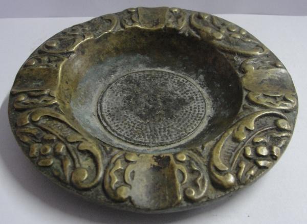 AM000, Cinzeiro, em bronze, medindo 11 cm de diâmetro.