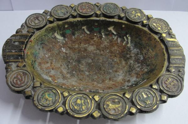 AM000, Cinzeiro, em metal, com símbolos judaicos, medindo 18 x 13 cm.