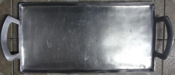 AM000, Bandeja, em metal prateado, medindo 40 x 21 cm.