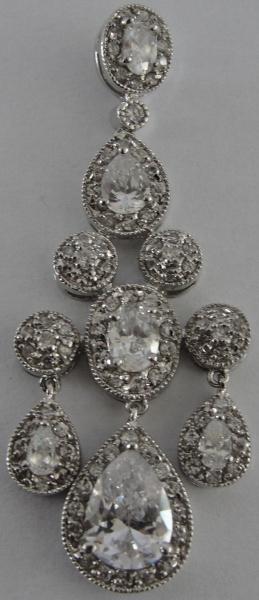AM000, Pingente, em prata com zircônias, medindo 6 cm de altura.