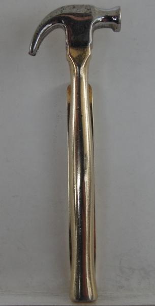 AM000, Prendedor de gravata, em metal, representando martelo.