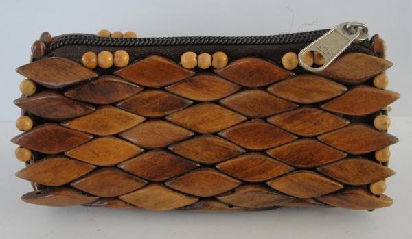 AM000, Porta-moedas, em madeira e tecido, medindo 13 x 6 x 5 cm.