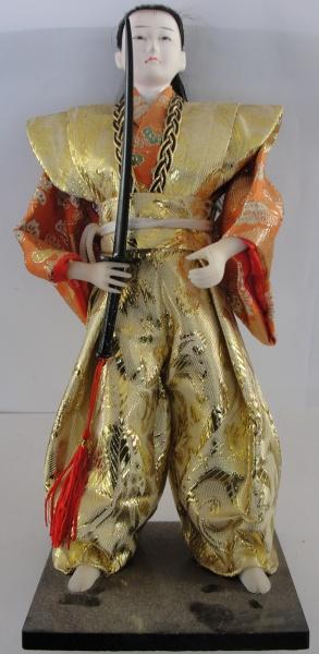 AM016, Estátua decorativa em tecido e resina, representando samurai, medindo 29 cm de altura.