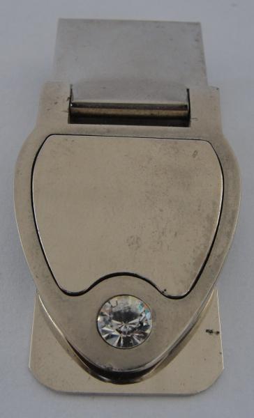 AM000, Prendedor de notas, em metal prateado, medindo 5 x 3 cm.