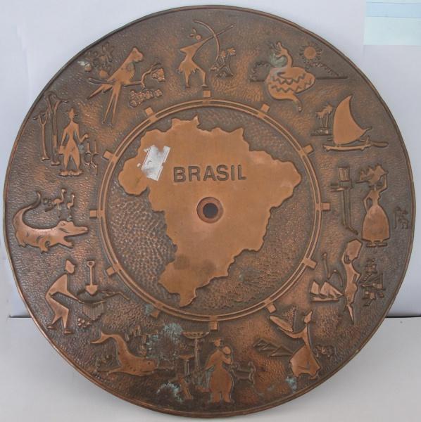 """AM000, Prato decorativo, em metal, """"Brasil"""", medindo 25 cm de diâmetro."""