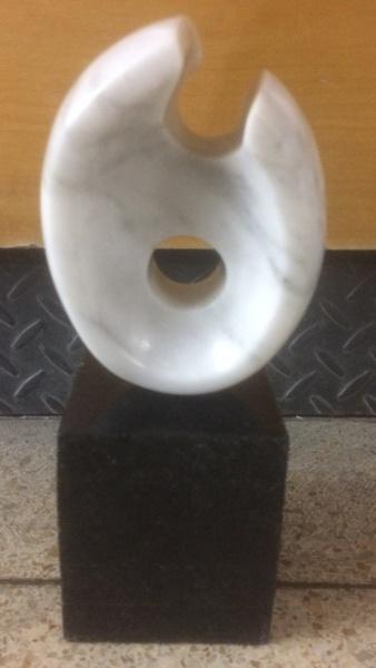 """AM088, BRUNO GIORGI, escultura em mármore, """"Chama"""", medindo 14 cm de altura com a base."""