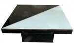 ABRAHAM PALATNIK - Espetacular mesa de centro estrutura de madeira, tampo com vidro pintado, possui etiqueta do arte viva, medindo: 78 cm x 78 cm x 37 cm alt.