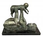 CARYBE (1911-1997) - Enorme escultura em bronze patinado com base em mármore negro, representando Maternidade, medindo:55x70x28