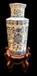 Maravilhoso vaso oriental em porcelana pintado a mão, medindo: 50 cm alt. e com peanha 68 cm alt. (base com restauro, rachadura)