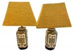 Lote contendo par de lindíssimos abajures de porcelana, com base madeira, medindo 73 cm alt.