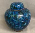 Delicado cachepot em porcelana closonet , medindo: 23 cm alt.
