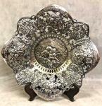 Linda salva em metal espessurada a prata, medindo: 33 cm diâmetro.