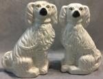 Gracioso par de esculturas de cerâmica representando cães de cerâmica ( 1 com fio de cabelo), medindo 43 cm de altura.