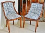 Elegante par de cadeiras, estilo diretório em madeira mogno. Laterais do espaldar finalizadas com cabeças de cisnes. Decoração estampada totalmente conservada. Altura 83 cm.