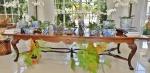 Excepcional mesa extensiva em madeira de mogno. Estilizada à maneira dos padrões D. João V. Medida total:  355 cm de comprimento, 77 cm de altura e 125 cm de largura. Conservação primorosa. Pernas roídas.