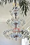 Exuberante e monumental lustre de cristal de Murano. .Em belos tons rosáceos e azuis. Três andares de luzes. Impecável. Seu custo à época de aquisição foi de 140.000 Euros. Altura aproximadamente 250 cm. Diâmetro 130 cm
