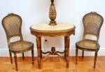 Jogo para recepção composto de duas cadeiras e mesa de apresentação. Cadeiras em madeira dourada e palhinha. Estilo napoleônico.  Mesa oval em madeira dourada, tampo em ônix bege francês. Medida da cadeira: 98 cm de altura. Medidas da mesa: 76 cm de altura, 83 cm de comprimento e 57 cm de largura.
