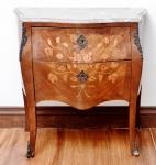 Cômoda bombê com marqueterie e mármore rajado (colado). Complementos de bronze. Altura 82 cm, comprimento 83 cm, profundidade 43 cm.