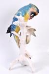 Pássaro, porcelana, Arara verde com cerejas. Altura 30 cm.
