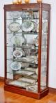 Vitrine de madeira, laterais e fundo de vidro, 5 prateleiras e porta de correr em vidros. Altura 202, comprimento 100 e profundidade 39 cm.